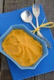 Kürbis Hummus in einer blauen Schüssel Lizenzfreies Stockfoto