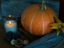 Kürbis mit Dekor der brennenden Kerze und des Herbstes, Seitenansicht Stockfotografie