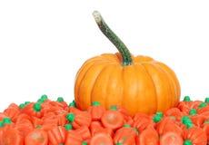 Kürbis mit orange Süßigkeiten Lizenzfreies Stockfoto