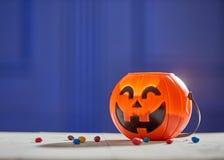 Kürbis mit Süßigkeit lizenzfreie stockfotografie