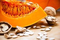 Kürbis, Nüsse und Samen auf einer Tabelle Stockbilder