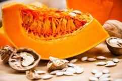 Kürbis, Nüsse und Samen auf einer Tabelle Lizenzfreie Stockfotos
