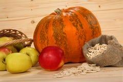 Kürbis, pottle mit Äpfeln und Tasche mit Samen Stockfoto