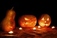 Kürbis-Steckfassungslampe Halloweens drei in der Dunkelheit unter der Dose Stockfoto