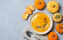 Kürbis-Suppe mit Sahne, Dill und Kürbiskerne, Draufsicht stockfotos
