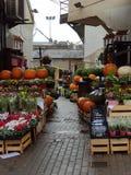 Kürbis und Blumen für Verkauf lizenzfreies stockbild