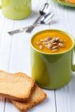 Kürbis- und Karottensuppe stockfoto