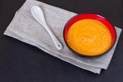 Kürbis- und Karottensuppe mit Sahne und Petersilie Lizenzfreie Stockbilder