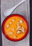 Kürbis- und Karottensuppe mit Sahne und Petersilie Lizenzfreies Stockfoto