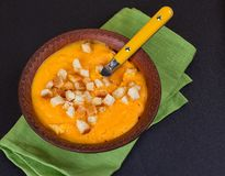 Kürbis- und Karottensuppe mit Sahne und Petersilie Stockbilder
