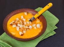 Kürbis- und Karottensuppe mit Sahne und Petersilie Stockfoto