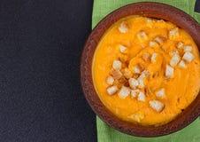 Kürbis- und Karottensuppe mit Sahne und Petersilie Lizenzfreie Stockfotografie