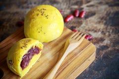 Kürbisbrötchen des selbst gemachten Brotes mit roter Bohne Stockfoto