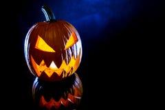 Kürbise auf schwarzem Hintergrund für Halloween-Feiertag Lizenzfreie Stockfotografie