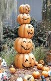Kürbise durch Halloween-Spalte stockbilder