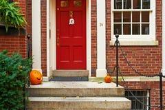 Kürbise nahe der Tür für Halloween Stockfoto