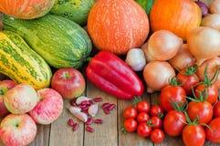 Kürbise, Zwiebeln, Tomaten und anderes Gemüse auf hölzernem backgr stockfotos