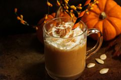Kürbisgewürz Latte-Herbstsaisongetränk mit Schlagsahne Stockfotos