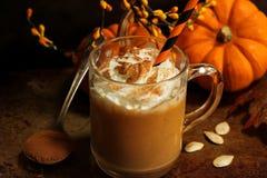 Kürbisgewürz Latte mit Schlagsahne stockfotos