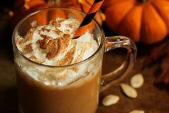Kürbisgewürz Latte mit Schlagsahne Lizenzfreie Stockbilder