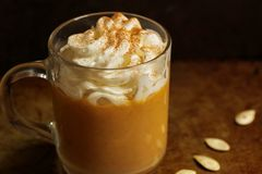 Kürbisgewürz Latte mit Schlagsahne Stockbild
