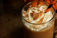Kürbisgewürz Latte mit Schlagsahne Lizenzfreies Stockbild