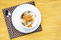 Kürbisjoghurtnachtisch mit Ahorngranolabelag Stockfotografie