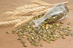Kürbiskern und Weizen lizenzfreie stockbilder