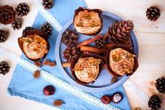 Kürbiskleiner kuchen mit dem Frischkäsebereifen des Kürbisgewürzs und Karamellscherbe Lizenzfreie Stockfotos