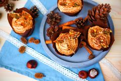 Kürbiskleiner kuchen mit dem Frischkäsebereifen des Kürbisgewürzs und Karamellscherbe Stockfotos