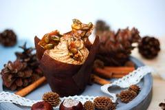 Kürbiskleiner kuchen mit dem Frischkäsebereifen des Kürbisgewürzs und Karamellscherbe Lizenzfreies Stockfoto