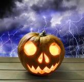 Kürbiskopf für Halloween auf dem Hintergrund eines stürmischen Himmels Lizenzfreie Stockbilder