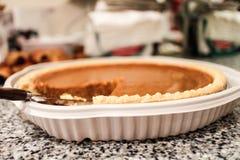 Kürbiskuchen auf Küchenarbeitsplatte stockfotos