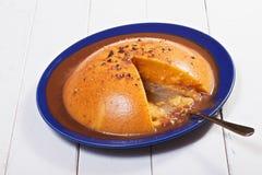 Kürbiskuchen in der blauen Platte stockbild