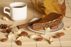 Kürbiskuchen gedient mit einem Tasse Kaffee Stockfotografie