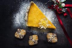 Kürbiskuchen mit Plätzchen und Weihnachtsdekoration Lizenzfreie Stockfotografie
