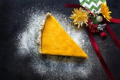 Kürbiskuchen mit Plätzchen und Weihnachtsdekoration Stockfoto
