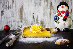 Kürbiskuchen mit Plätzchen und Weihnachtsdekoration Lizenzfreie Stockfotos