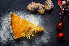 Kürbiskuchen mit Plätzchen und Weihnachtsdekoration Stockbilder