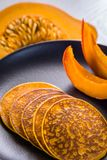 Kürbispfannkuchen auf einer Platte Lizenzfreie Stockfotos