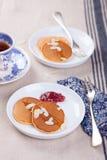 Kürbispfannkuchen mit Honig, Nüssen und Stau in einer weißen Platte auf einer Tabelle Lizenzfreie Stockfotografie