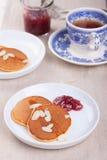 Kürbispfannkuchen mit Honig, Nüssen und Stau in einer weißen Platte auf einer Tabelle U Stockbild