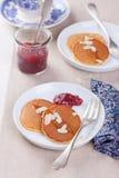 Kürbispfannkuchen mit Honig, Nüssen und Stau in einer weißen Platte auf einer Tabelle U Lizenzfreie Stockfotos