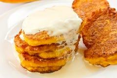 Kürbispfannkuchen mit saurer Sahne Lizenzfreie Stockbilder