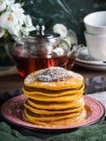 Kürbispfannkuchenstapel gedient mit Schokolade lizenzfreies stockbild
