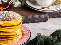 Kürbispfannkuchenstapel gedient mit Schokolade lizenzfreie stockbilder