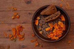 Kürbissüßigkeiten und Grießtorte auf einem Holztisch Stockfoto