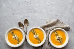 Kürbissuppe auf grauem konkretem Hintergrund Stockfoto