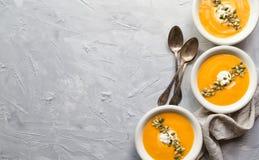 Kürbissuppe auf grauem konkretem Hintergrund Stockbilder