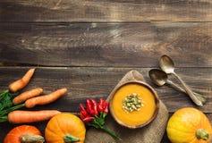 Kürbissuppe auf hölzernem Hintergrund Stockfotografie